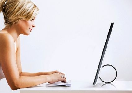 BELLA RAGAZZA AL COMPUTER