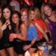 ragazze immagine al tavolo in discotec