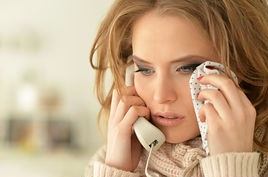 giovane piange al telefono